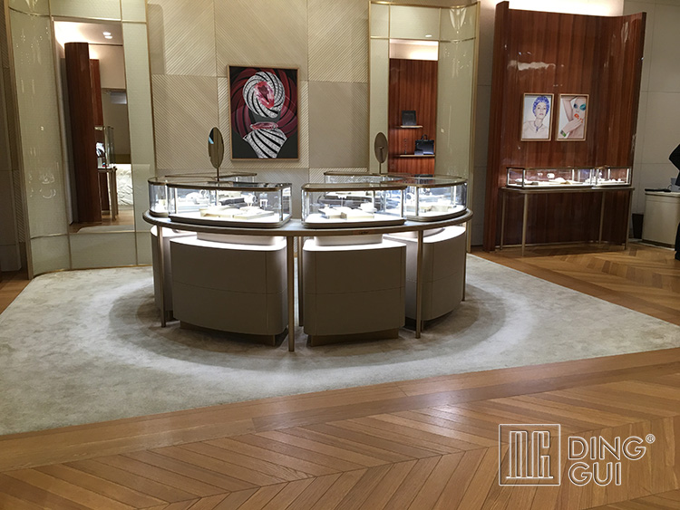 Choosing the Best Glass Jewelry Display Cabinet